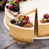 Pastel de queso de la calabaza con el desmoche de la crema agria Fotografía de archivo