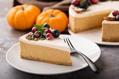 Pastel de queso de la calabaza con el desmoche de la crema agria Fotos de archivo libres de regalías