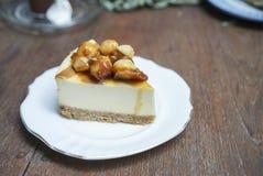 Pastel de queso de la macadamia con la salsa del caramelo fotos de archivo libres de regalías