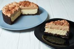 Pastel de queso de la vainilla con crema y cacao del chocolate con leche imágenes de archivo libres de regalías
