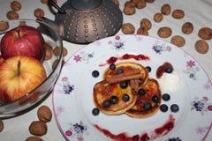 Pastel de queso nuts de las manzanas del desayuno delicioso Fotos de archivo libres de regalías