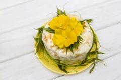 Pastel de queso poner crema Imágenes de archivo libres de regalías