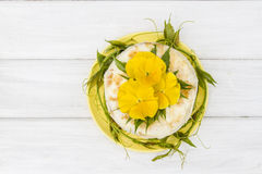 Pastel de queso poner crema Fotos de archivo libres de regalías