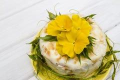 Pastel de queso poner crema Imagen de archivo libre de regalías
