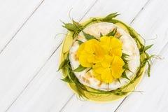 Pastel de queso poner crema Fotografía de archivo libre de regalías