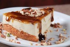 Pastel de queso poner crema del caramelo imágenes de archivo libres de regalías