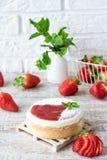 Pastel de queso repartido fresa imágenes de archivo libres de regalías
