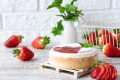 Pastel de queso repartido fresa imagen de archivo libre de regalías