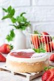Pastel de queso repartido fresa fotos de archivo libres de regalías