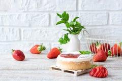 Pastel de queso repartido fresa fotografía de archivo
