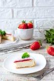 Pastel de queso repartido fresa foto de archivo libre de regalías