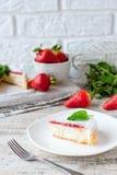 Pastel de queso repartido fresa imagen de archivo