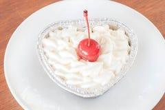 Pastel de queso rojo del terciopelo imagen de archivo