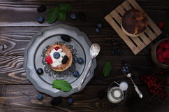Pastel de queso ucraniano con las bayas y la crema, aún vida Fotos de archivo libres de regalías