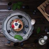 Pastel de queso ucraniano con las bayas y la crema, aún vida Imagen de archivo