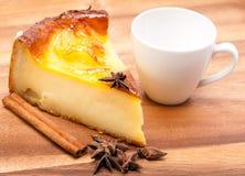 Pastel de queso y taza blanca Imagen de archivo