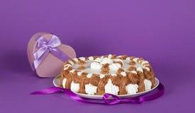 Pastel en el plato adornado con la cinta y el recuerdo imagen de archivo