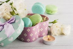 Pastel green gift box and macaroons Stock Photography