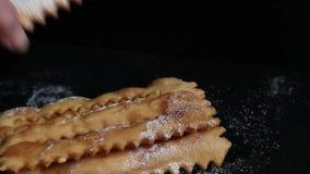 Pastel italiano típico del carnaval asperjado con el azúcar en polvo almacen de video