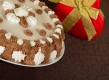 Pastel y la caja de regalo adornada imágenes de archivo libres de regalías