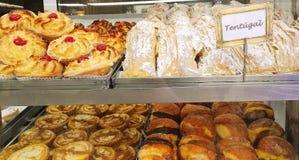 Pastelaria atrativa na janela de uma padaria portuguesa em Lisboa, Portugal, Europa imagens de stock