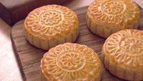 Pastelaria cantonese cozida do bolo da lua em uma bandeja de madeira para o festival chinês tradicional do Meados de-outono, fim  filme