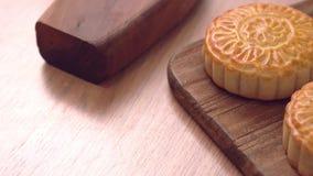 Pastelaria cantonese cozida do bolo da lua em uma bandeja de madeira para o festival chinês tradicional do Meados de-outono, fim  video estoque