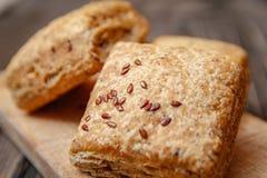 Pastelaria caseiro saudável com farinha e as sementes integrais na placa de corte da cozinha fotos de stock royalty free