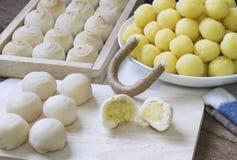 Pastelaria chinesa da sobremesa: A massa para a pastelaria caseiro que faz com gema salgada e uma vela scented na bandeja de cozi imagem de stock royalty free