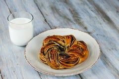Pastelaria cozida na placa e fundo de madeira com leite imagens de stock royalty free