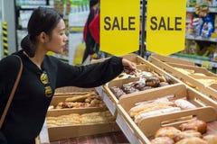 Pastelaria da compra do cliente no supermercado foto de stock royalty free