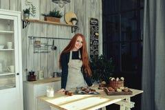 Pastelaria da mulher na cozinha Imagem de Stock