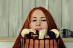 Pastelaria da mulher na cozinha Imagens de Stock Royalty Free