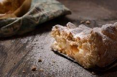 Pastelaria da torta com maçãs e pudim de baunilha Fotografia de Stock