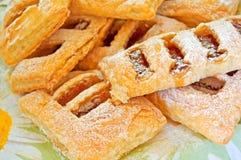 Pastelaria de sopro com atolamento da maçã. fotografia de stock royalty free