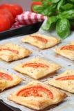 Pastelaria de sopro com queijo e tomates imagem de stock