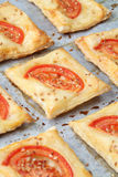 Pastelaria de sopro com queijo e tomates imagens de stock royalty free