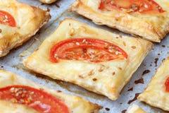 Pastelaria de sopro com queijo e tomates fotografia de stock royalty free