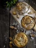 Pastelaria dinamarquesa da amêndoa da sala de estar do pão caseiro imagens de stock