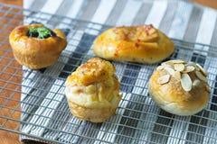 Pastelaria dinamarquesa recentemente cozida no fundo de madeira, no pão sortido e na pastelaria, tipos diferentes de rolos de pão Imagens de Stock Royalty Free