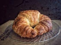 Pastelaria do croissant da manteiga na placa clara Foto de Stock Royalty Free