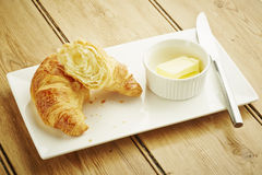 Pastelaria do croissant no prato branco Fotografia de Stock Royalty Free