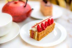 A pastelaria do feuille de Mille da baunilha e da framboesa endurece na placa branca da porcelana Imagens de Stock