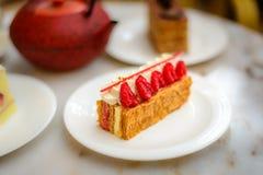 A pastelaria do feuille de Mille da baunilha e da framboesa endurece na placa da porcelana Fotografia de Stock Royalty Free