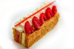 A pastelaria do feuille de Mille da baunilha e da framboesa endurece na placa da porcelana Foto de Stock
