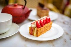 A pastelaria do feuille de Mille da baunilha e da framboesa endurece na placa da porcelana Imagens de Stock Royalty Free