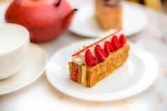 A pastelaria do feuille de Mille da baunilha e da framboesa endurece na placa da porcelana Imagens de Stock