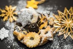 Pastelaria do Natal, decoração da palha no fundo preto Foto de Stock