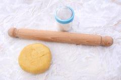 Pastelaria do Shortcrust com um indeciso do pino e da farinha do rolo Fotos de Stock Royalty Free