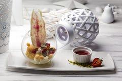 Pastelaria doce tradicional recentemente cozida em uma placa imagem de stock